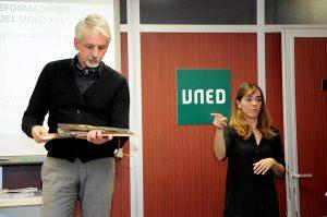 Conchita interpretando la jornada cultural de la UNED