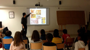 Santi explicando la historia de la ilustración