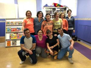 pose de los alumnos del taller de yoga