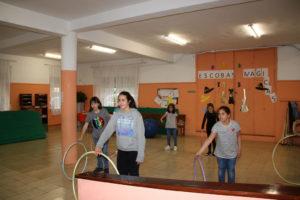 niños con hula hop