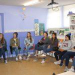 Egle explicando qué es ARANSBUR a los estudiantes