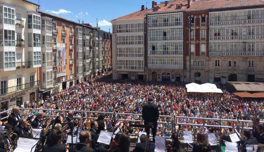 Vista de los asistentes al canto del Himno a Burgos