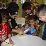 Familias y niños realizando los pinchos