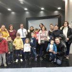 Foto de familia de los niños, sus padres y profesionales que asistieron al evento