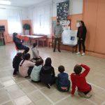 Lucas, profesor de teatro, junto a intérprete, dirigiéndose a los niños