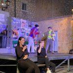 Intérpretes haciendo accesible la obra de Atópico Teatro