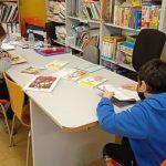 Niños leyendo en la biblioteca