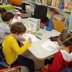 Niños dibujando en la biblioteca